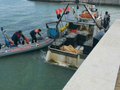 Le operazioni di recupero dopo il ritrovamento del cadavere nel mare antistante Senigallia