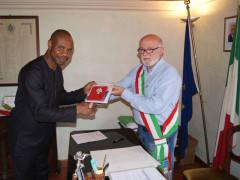 Castelleone di Suasa, conferita la cittadinanza italiana a Moses Okunbor Monday