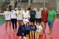 Foto di gruppo durante l'allenamento della US Pallavolo Senigallia con la judoka olimpionica Lucia Morico