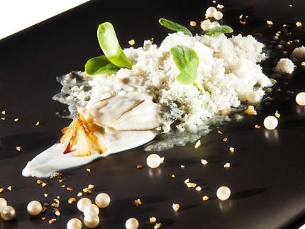 Ostrica con panna acida, scalogno e sorbetto all'ostrica ed olio extravergine di oliva raggia