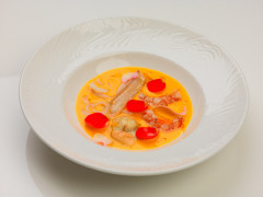 Crema di zucca con capasanta arrostita, mazzancolle, filetti di sogliola e fiori eduli