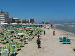 Venditori ambulanti in spiaggia a Senigallia, lungomare Marconi