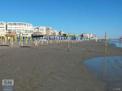 Gli stabilimenti balneari sulla spiaggia del lungomare Alighieri, a Senigallia, dopo la mareggiata del 16 giugno 2016