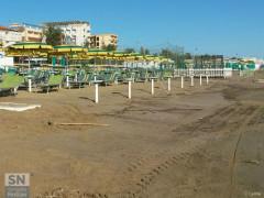Lo stabilimento balneare bagni Gabriele sulla spiaggia del lungomare Da Vinci, a Senigallia, dopo la mareggiata del 16 giugno 2016