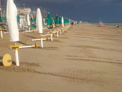 La spiaggia sul lungomare Da Vinci dopo i lavori di ripascimento e pulizia a causa della mareggiata del 16 giugno 2016