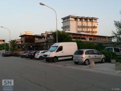 """Il ristorante """"Bano"""" sul lungomare Da Vinci a Senigallia, dopo l'incendio della notte precedente: al piano superiore i segni del rogo"""
