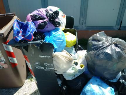 Alcuni rifiuti non raccolti a Senigallia, servizio di raccolta differenziata dei rifiuti