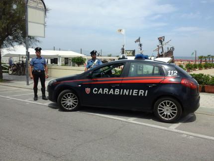 Si agita e aggredisce i carabinieri