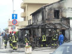 Vigili del fuoco al lavoro per spegnere l'incendio al Cesano di Senigallia