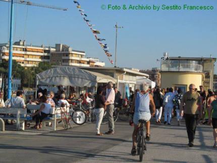 Degustazione gratuita di sardoncini scottadito al molo di ponente di Senigallia