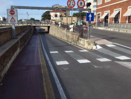 Il nuovo attraversamento ciclabile in via Perilli al posto di quello pedonale