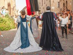 La coppia ducale e i turisti a Corinaldo per la Festa del pozzo della polenta