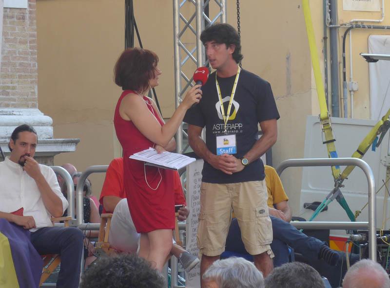 Sara Zambotti e un ragazzo presentano un progetto sviluppato da ENI