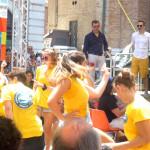 I giovani volontari di Festambiente Ragazzi a sotto il palco di Caterpillar AM