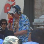 Dj Ardez saluta il pubblico di Piazza Roma al termine della diretta