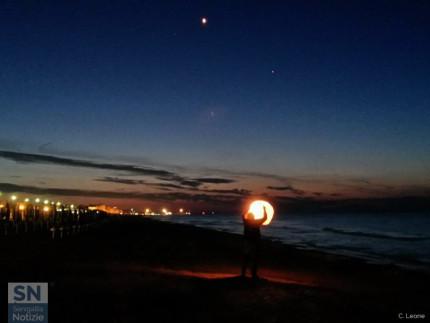Lancio di lanterne sulla spiaggia di Senigallia. Foto di Carlo Leone per SenigalliaNotizie.it