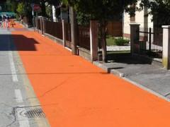 I lavori di resinatura della pista ciclabile al Vivere Verde di Senigallia
