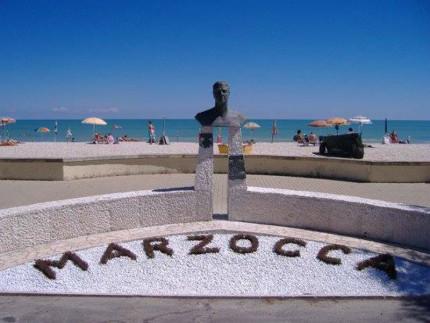 Il monumento dedicato a Ubaldo Fiorenzi a Marzocca di Senigallia