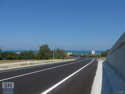 La complanare, tratto sud, aperta il 26 agosto 2016 (direzione sud). Sullo sfondo il mare Adriatico