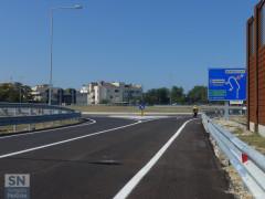 La complanare, tratto sud, aperta il 26 agosto 2016 (direzione nord). La rotatoria dell'ex casello autostradale dell'A14