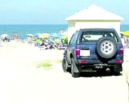 Il Suv parcheggiato in spiaggia