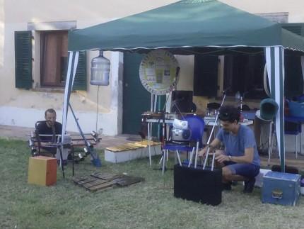 La festa per l'anniversario della Comunità Maria Nilde Cerri: nella foto i preparativi del Riciclato Circo Musicale e, sullo sfondo, la ruota della fortuna