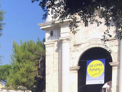 Lo striscione de La Città Futura in festa 2016 appeso su porta Lambertina in via Carducci