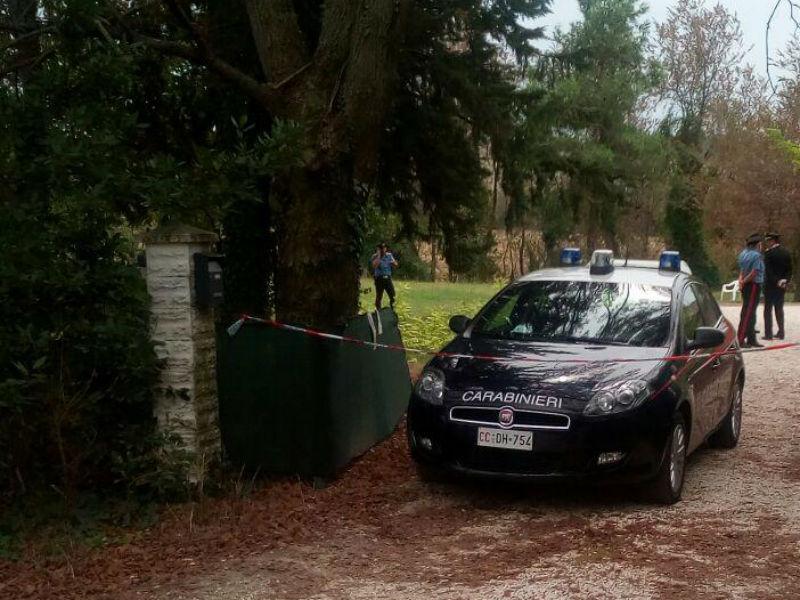 Carabinieri nella casa dove un uomo è stato trovato senza vita