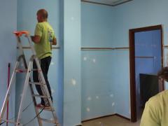 I genitori coinvolti nell'iniziativa per la tinteggiatura della casa dei bambini di Scapezzano