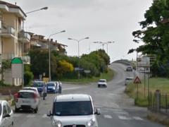 Le strisce pedonali in via Corinaldese, dopo il cavalcavia autostradale