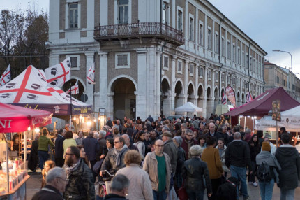 Stand e persone in strada per il mercato europeo ambulante a Senigallia