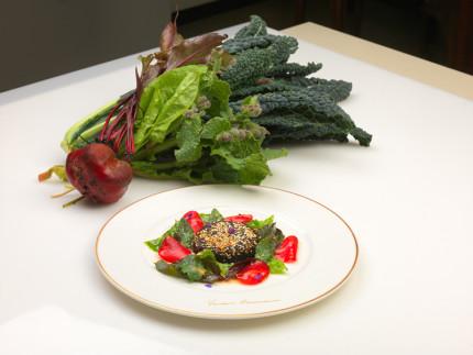 Cavolo nero alla piastra con sesamo bianco, acetosa, barbabietola rossa e le sue foglie - ricetta di Vincenzo Cammerucci