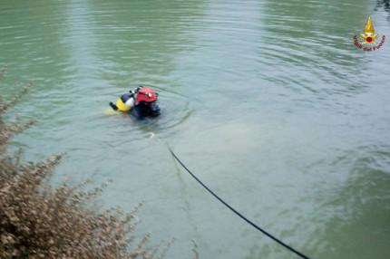Vigili del fuoco e sommozzatori impegnati nelle operazioni di ricerca della persona di Senigallia scomparsa a Mondolfo