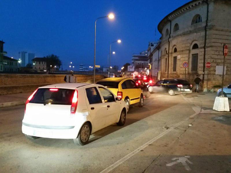 traffico congestionato lungo i Portici Ercolani