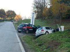 L'auto finita fuori strada lungo l'Arceviese, raggiunta dai Carabinieri