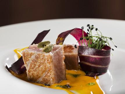 Ventresca di tonno rosso, carote, cardamomo e pesto di levistico: ricetta di Giacomo Galeazzi