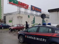 I Carabinieri sul luogo del furto avvenuto al centro commerciale Ipersimply di Senigallia