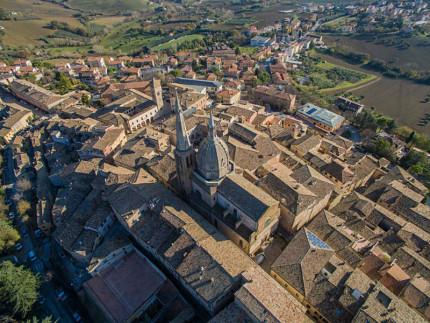 Veduta aerea di Ostra Vetere: al centro la cupola e il campanile della chiesa S.Maria di Piazza, il simbolo della città