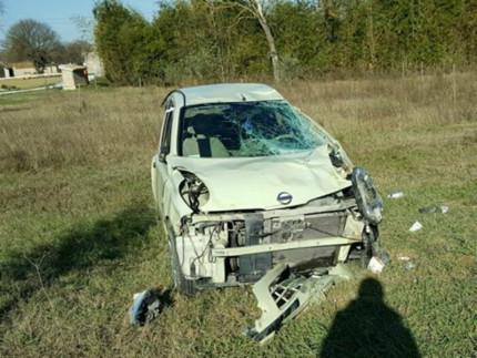 auto finisce fuoristrada e si ribalta