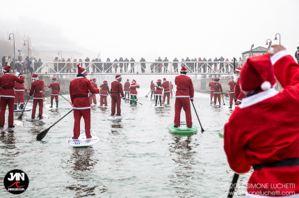 Babbi Natale in SUP nel fiume Misa a Senigallia