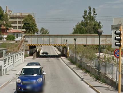 """Il ponte ferroviario sopra via Dalmazia, meglio noto a Senigallia come """"Ponterosso"""""""