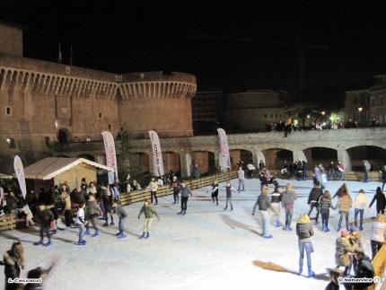 La pista di pattinaggio su ghiaccio allestita nel 2009 ai giardini Palazzesi sotto la Rocca roveresca di Senigallia