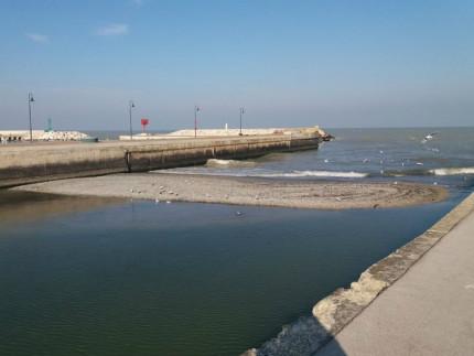 Senigallia, un isolotto di ghiaia spunta nel porto canale