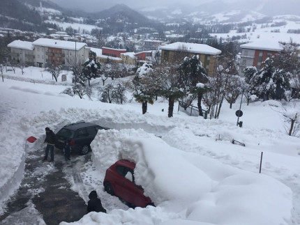 L'emergenza neve nelle Marche: gli interventi di soccorso e di ripristino della viabilità nelle frazioni dell'ascolano e maceratese