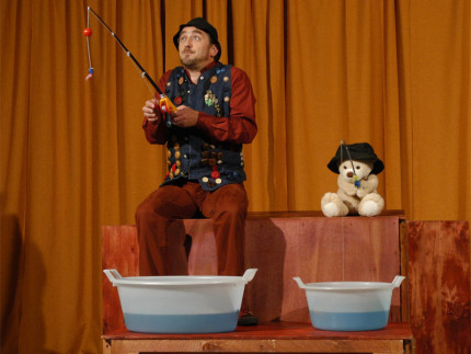 """Lo spettacolo teatrale per ragazzi dei PandemoniumTeatro dal titolo """"Cecco l'orsacchiotto"""" di e con Tiziano Mancini"""