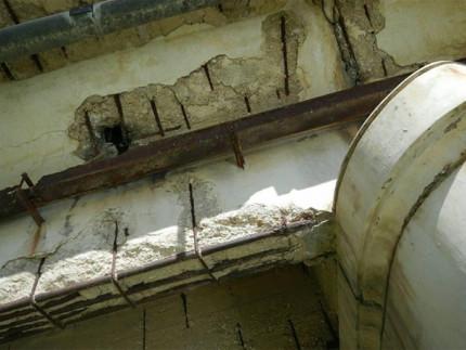 Lo stato di deterioramento di ponte II Giugno sul fiume Misa a Senigallia