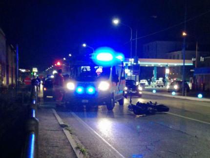 L'incindente in via R.Sanzio tra auto e moto: soccorsi del 118 sul posto