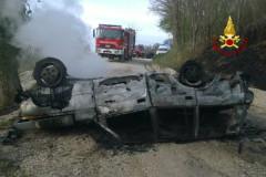 l'auto si ribalta e prende fuoco: muore il conducente