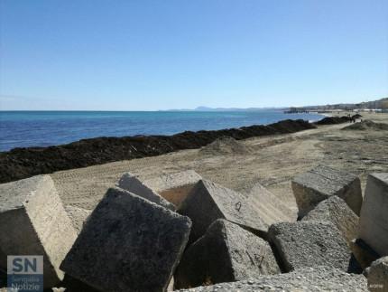 Rifiuti e detriti sulla spiaggia di velluto di Senigallia