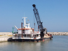 Il pontone per il dragaggio del porto di Senigallia. Foto di A.Piersantelli